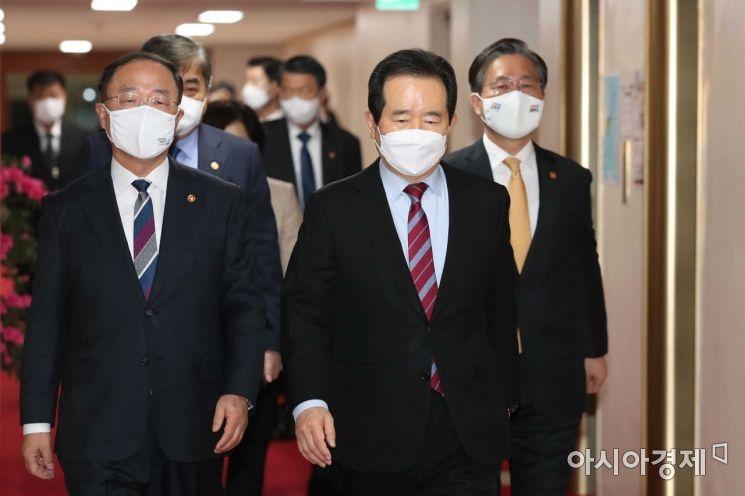 [포토]나란히 걷는 정세균·홍남기