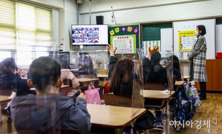 [포토]영상통해 개학식 참석한 초등학생들