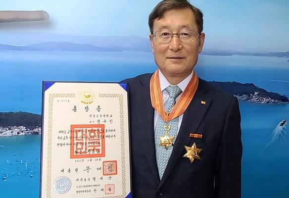 정규진 해양바이오연구센터장이 황조근정훈장을 행정안전부로부터 받았다. (사진=완도군 제공)