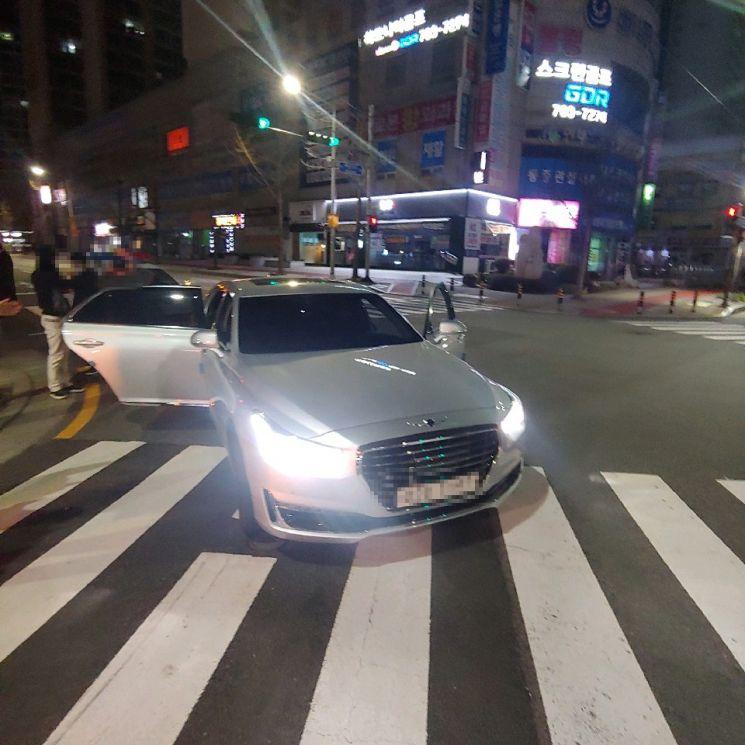 부산 해운대구 좌동에서 음주운전 차량 운전자를 검거하고 있다. 운전자는 지난 달 서울 강남헬스장에서 억대의 돈이 든 금고를 털고 부산으로 달아난 것으로 조사됐다. [이미지출처=부산경찰청]