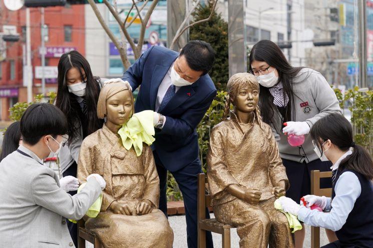 성북구 성북동 '한·중 평화의소녀상' 분수마루 광장에 새 둥지