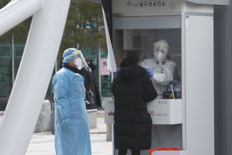 경기도 동두천시 중앙도심공원 임시선별진료소에서 시민이 코로나19 검사를 받고 있다.(사진제공=연합뉴스)