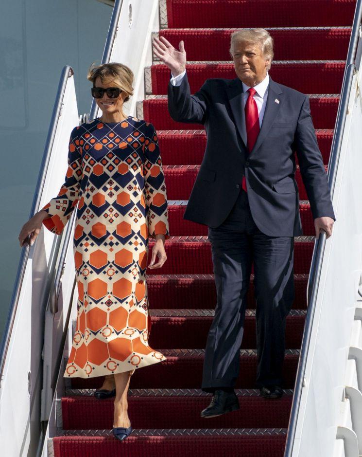 퇴임한 도널드 트럼프 전 미국 대통령이 지난 1월20일(현지시간) 부인 멜라니아 여사와 함께 플로리다주 웨스트 팜비치에 있는 팜비치 국제공항에 도착해 전용기 '에어포스원'에서 내리고 있다. [이미지출처=연합뉴스]