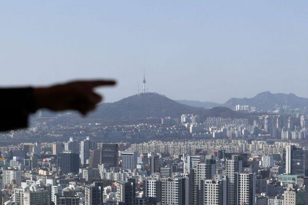 지난달 17일 오후 서울 강남구 한국무역협회에서 도심 아파트가 보이고 있다. / 사진=연합뉴스