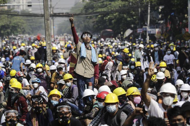 미얀마 최대 도시 양곤에서 2일(현지시간) 최근 발생한 유혈 참사에도 거리를 가득 메운 시위대가 군부 쿠데타를 규탄하는 구호를 외치고 있다. [이미지출처=연합뉴스]