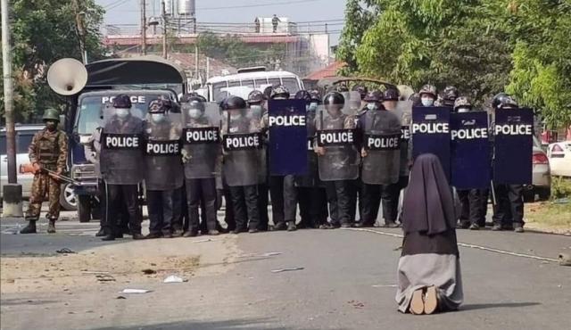 미얀마 경찰 병력 앞에 무릎 꿇고 총을 쏘지 말아달라며 애원하는 안 누 따웅 수녀. /사진=찰스 마웅 보 추기경 트위터 캡쳐