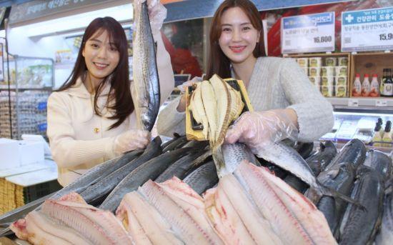 롯데마트는 오는 4일부터 10일까지 삼치와 참치를 연중 최저 가격에 판매한다.