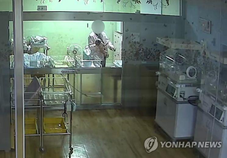 부산 한 산부인과에서 간호사가 생후 5일 된 신생아를 거칠게 다루고 있다. 이 아기는 두개골 골절과 뇌출혈 진단을 받고 현재 의식불명 상태다. 사진=연합뉴스