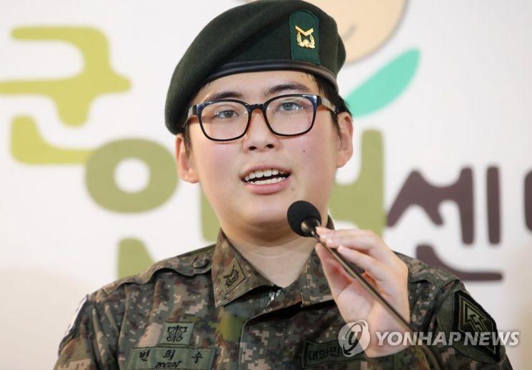 지난해 1월 서울 마포구 군인권센터에서 열린 기자회견에 참석한 변 전 하사. / 사진=연합뉴스