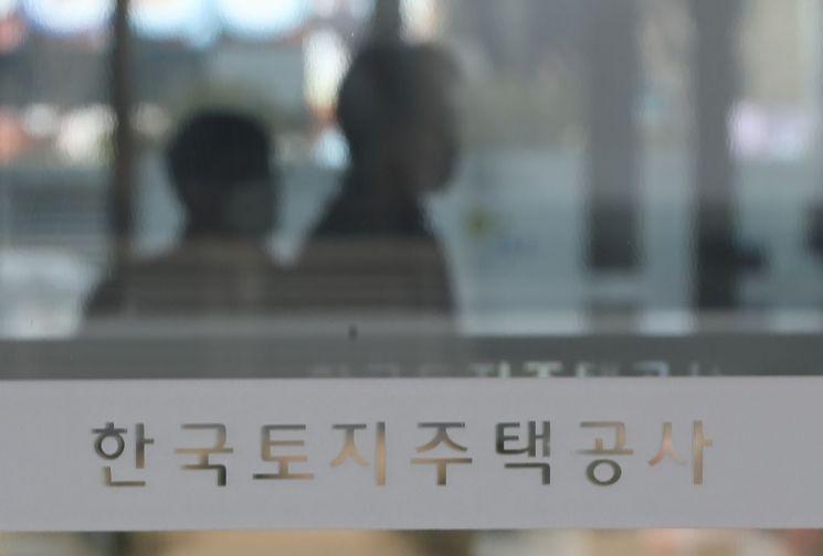 경남 진주시 충무공동 한국토지주택공사(LH) 본사 입구로 사람이 이동하고 있다. [이미지출처=연합뉴스]