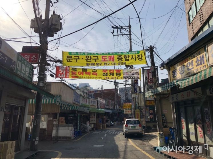 서울 종로구 창신동 문구거리의 모습. 손님이 없어 거리는 한산했다. 사진=김초영 기자 choyoung@asiae.co.kr