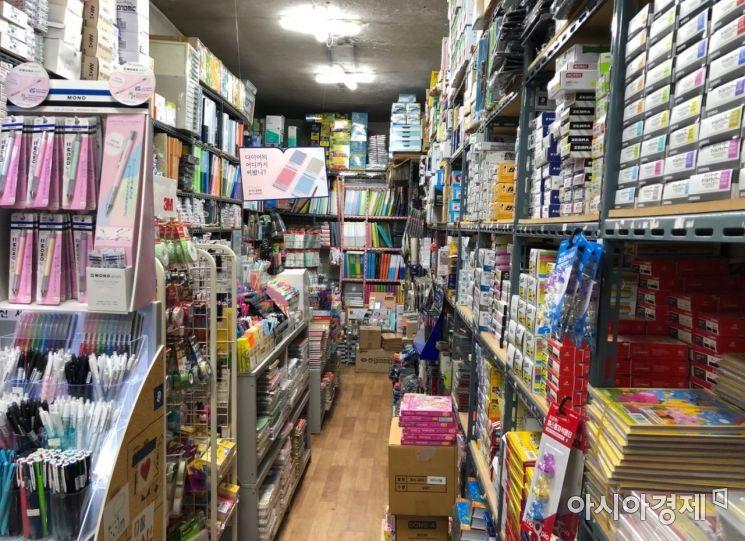 문구거리의 또다른 한 상점. 상점 주인 이 모(53)씨는 취재 중 눈시울을 붉히기도 했다. 사진=김초영 기자 choyoung@asiae.co.kr