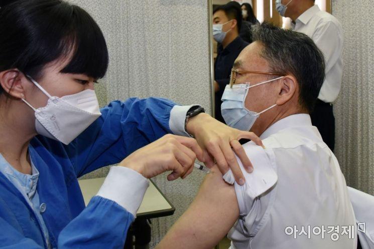 서울대학교병원 코로나19백신 자체접종이 4일 오전 서울 종로구 대학로 서울대병원에서 열렸다. 의료진이 아스트라제네카 백신접종을 받고 있다.