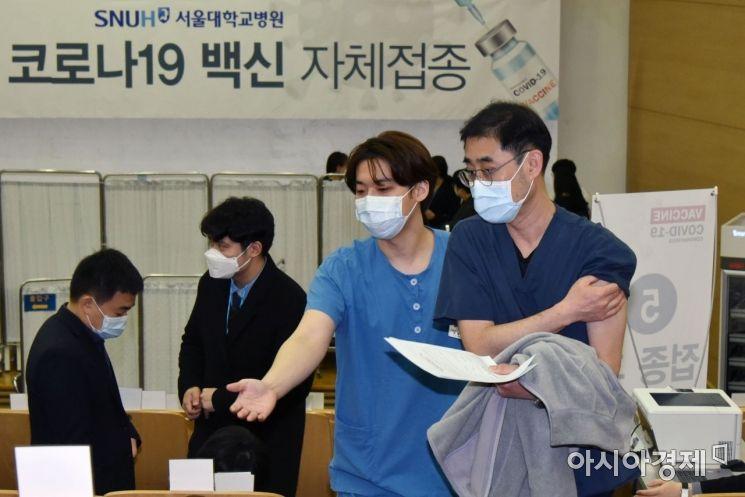서울대학교병원 코로나19백신 자체접종이 지난 4일 오전 서울 종로구 대학로 서울대병원에서 열렸다. 아스트라제네카 백신을 맞은 의료진이 직원의 안내를 받고 있다.