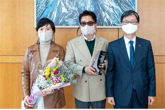 한국철도 손병석 사장(오른쪽 첫 번째)이 이정귀(오른쪽 두 번째)·이숙우(오른쪽 세 번째) 부부에게 감사패를 전달한 후 기념촬영을 하고 있다. 한국철도 제공