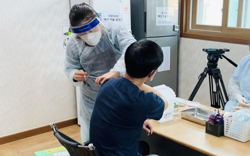 지난 26일 목포 참사랑요양병원 종사자와 입소자에게 백신을 접종했다. (사진=정승현 기자)