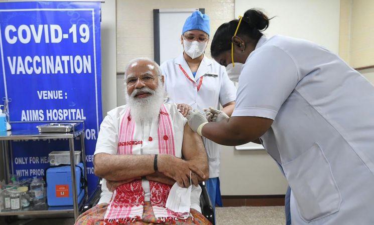 이달 1일(현지시간) 나렌드라 모디 총리가 자국에서 개발한 코로나19 백신을 맞고 있다.(사진=AP/연합뉴스)
