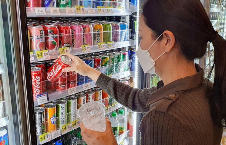 한 시민이 음료수를 고르고 있는 모습.