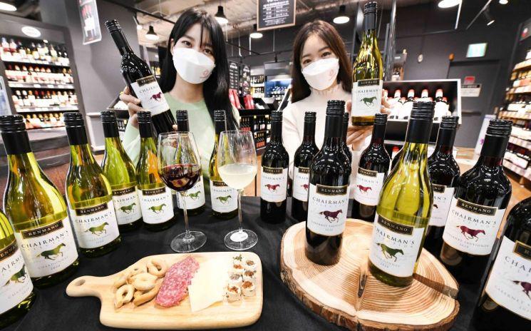 홈플러스가 '체어맨 와인' 3종을 재론칭한다.
