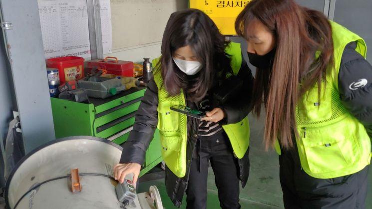 도봉구 탄소중립 시민실천단이 지난달 19일 지역 내 온실가스 배출사업장을 찾아 기계류 에너지등급을 확인하고 있다.