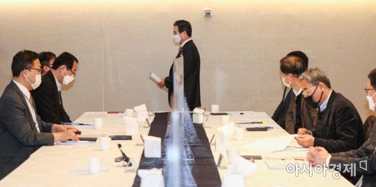 [포토]회의실 들어서는 김용범 기재부 1차관