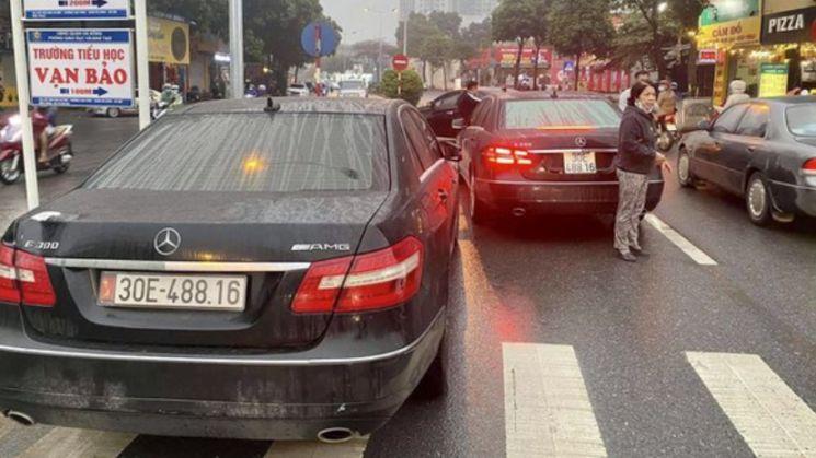 베트남 하노이에서 번호판이 같은 승용차가 나란히 있는 모습이 포착됐다. 사진=뚜오이째 웹사이트 캡처