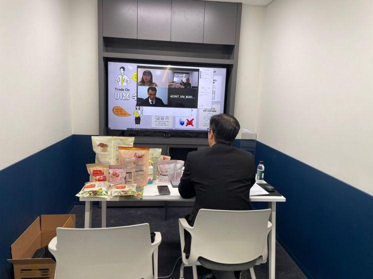 서울산업진흥원(SBA)의 온라인 수출 플랫폼 '트레이드 온(TRADE ON)'을 통해 중소기업이 수출 상담을 받는 모습. [사진 = 서울산업진흥원]