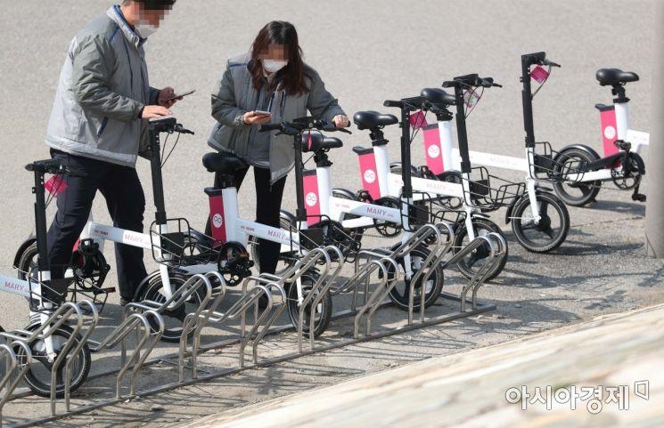 절기 경칩인 5일 서울 반포한강공원에서 시민들이 공유자전거를 빌리고 있다. /문호남 기자 munonam@