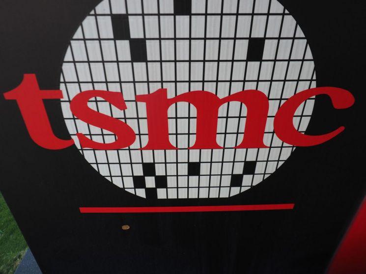 세계 최대 반도체 파운드리(위탁생산) 업체인 TSMC의 대만 신주 본사에 있는 회사 로고. [이미지출처=연합뉴스]