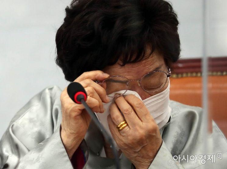 일본군 위안부 피해자이자 인권활동가인 이용수 할머니가 5일 국회에서 위안부 문재의 국제사법재판소 제소와 관련한 발언을 마친 후 눈물을 흘리고 있다./윤동주 기자 doso7@