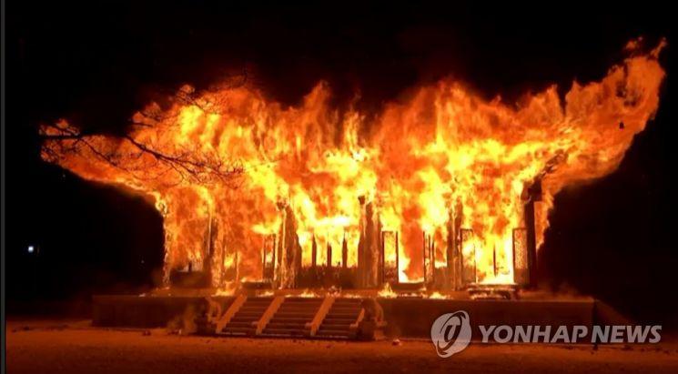 5일 오후 6시 50분께 전북 정읍시 내장사 대웅전에서 불이 나 불꽃이 치솟고 있다. /연합뉴스
