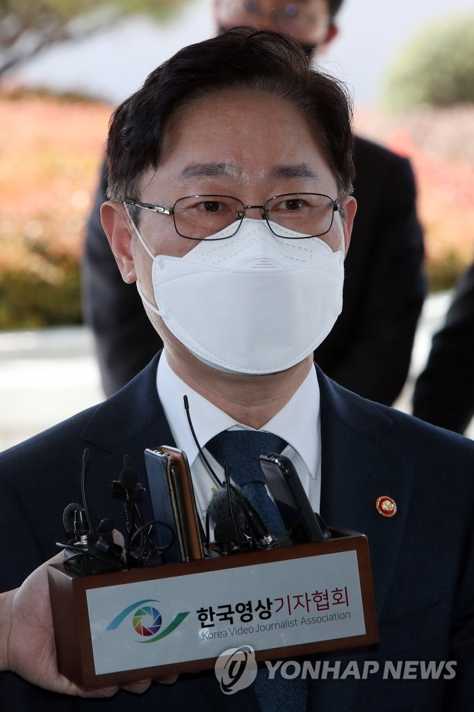 박범계 법무부 장관이 5일 광주 동구 지산동 광주고등·지방검찰청 청사에 들어서면서 기자들의 질문에 답하고 있다.