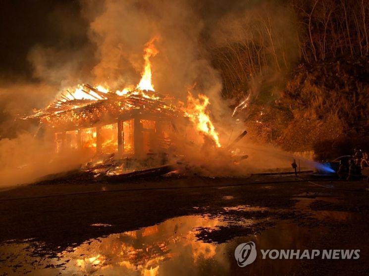 5일 오후 6시 37분께 전북 정읍시 내장사 대웅전에서 방화로 추정되는 불이 나 불꽃이 치솟고 있다.  /연합뉴스