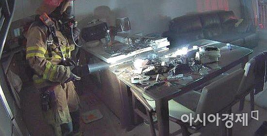 5일 밤 경북 김천시 덕곡동 아파트 화재 현장 모습.