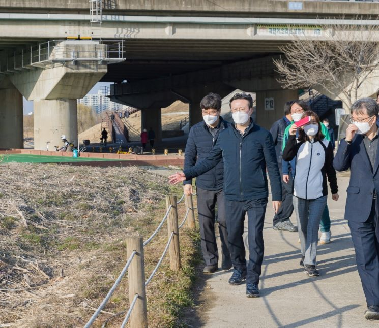 [포토]채현일 영등포구청장, 안양천 산책로 현장 점검 나서