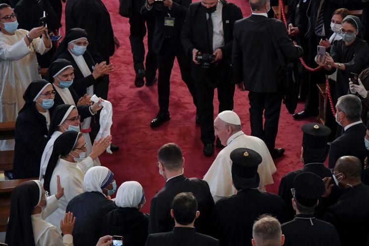 프란치스코 교황이 5일(현지시간) 이라크 수도 바그다드에 있는 '구원의 대성모' 성당에서 가톨릭 성직자들과 만났다. [이미지출처=연합뉴스]