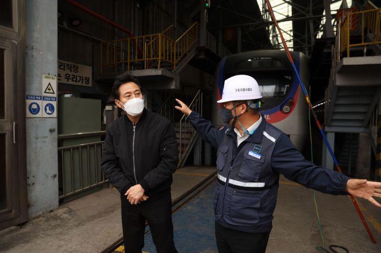 오세훈 국민의힘 서울시장 후보가 6일 서울 구로차량기지를 방문해 둘러보고 있다 (사진=오세훈 캠프 제공)