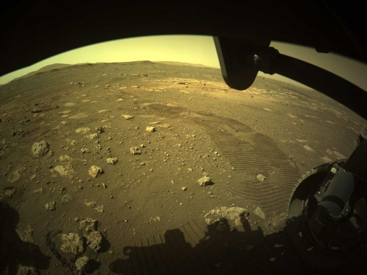 화성에 착륙한 로버 퍼서비어런스가 지표면에 남긴 바퀴 자국 [이미지출처=연합뉴스]