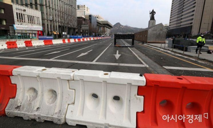 [포토] 광화문광장 서측차로 폐쇄