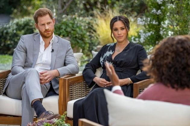 영국 해리 왕자 부부가 오프리 윈프리와 인터뷰하고 있는 모습. 사진 = 월스트리트저널