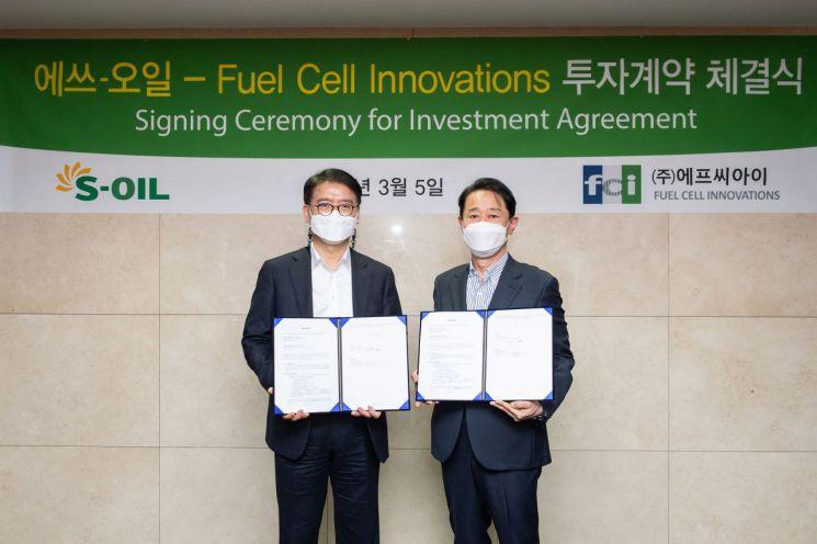 류열 에쓰오일 사장(왼쪽)과 이태원 FCI 대표가 지난 5일 서울 마포 에쓰오일 본사에서 투자계약을 맺은 뒤 기념촬영을 하고 있다.<에쓰오일 제공>