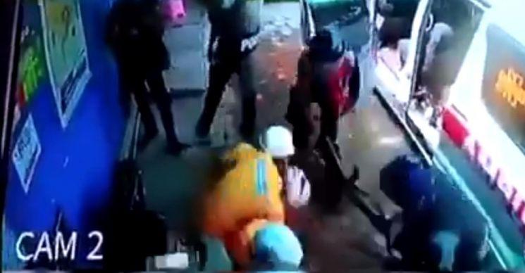 구급대원 중 한 명을 경찰이 총 개머리판으로 내려치는 장면.[트위터 캡처]
