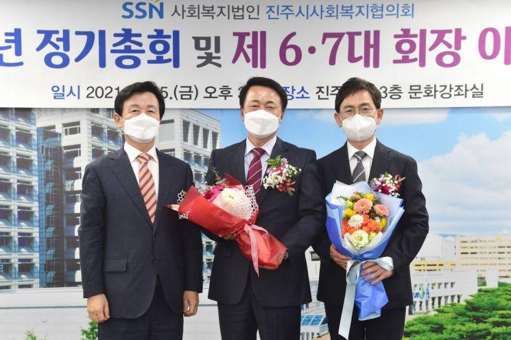 좌 조규일 시장, 가운데 김기호 신임회장, 우 류기정 이임회장