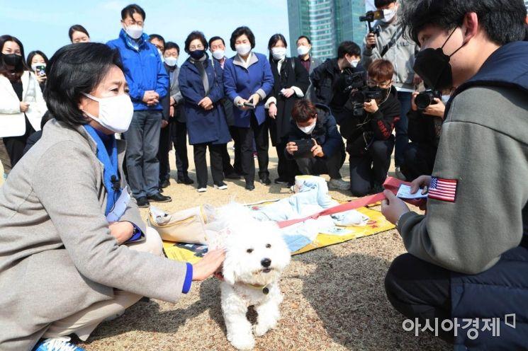 [포토] 시민들과 이야기 나누는 박영선 후보