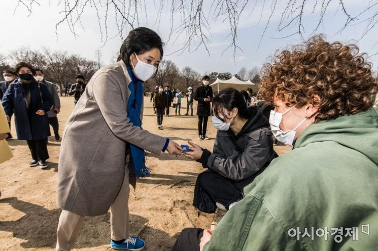[포토] 시민들과 인사 나누는 박영선 후보