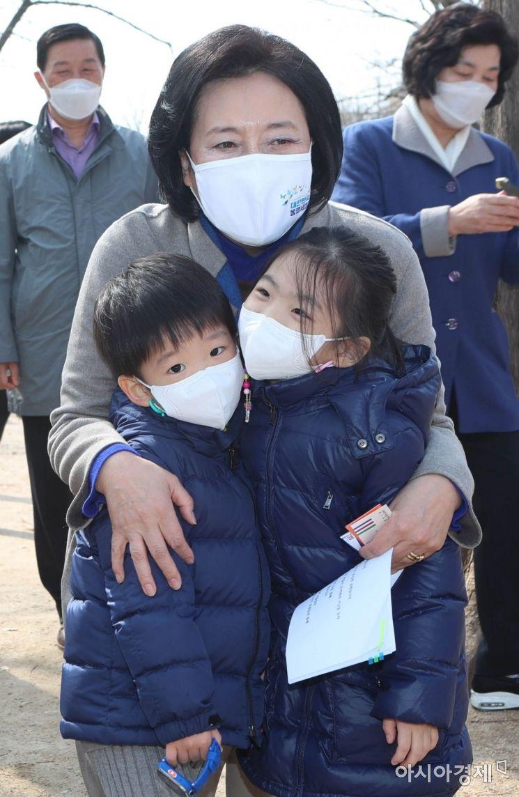 [포토] 어린아이들 안아주는 박영선 후보