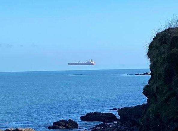 영국 콘월 해안가에서 발견된 하늘을 떠다니는 화물선 모습. / 사진='더 선' 홈페이지 캡처