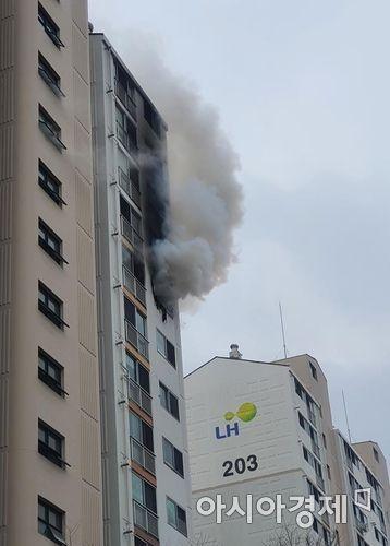 7일 오전 발생한 칠곡군 왜관읍 LH아파트 11층 화재 현장 모습.