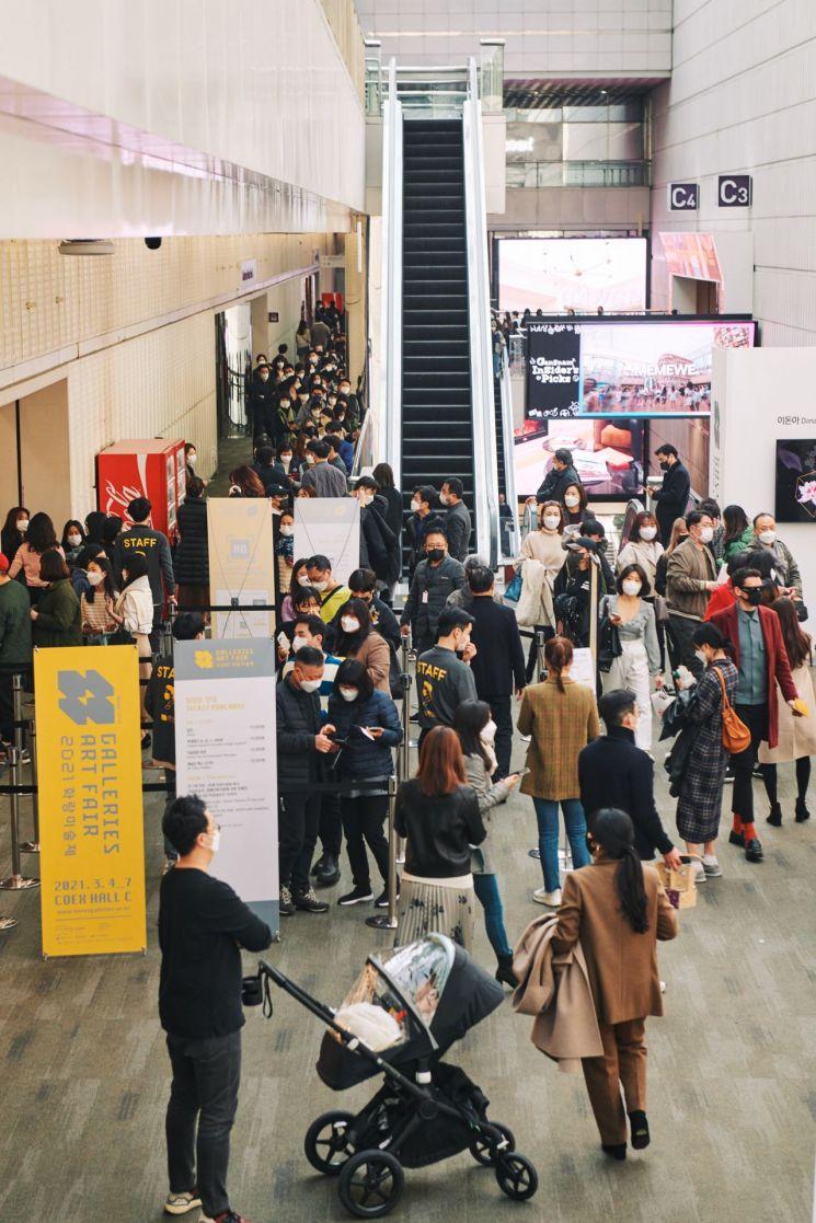 서울 강남구 코엑스에서 지난 3일부터 7일까지 열린 '2021 화랑미술제'에 관람객이 운집한 모습.