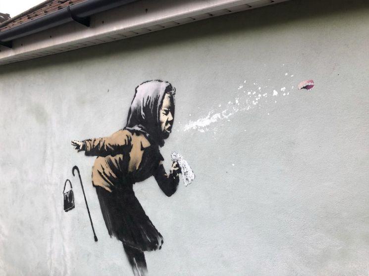 지난해 12월 한 주택가에 그려진 뱅크시의 벽화. [이미지출처=AP연합뉴스]